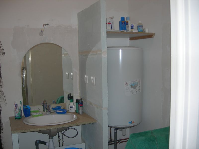 Cacher un chauffe eau dans une salle de bain votre inspiration la maison - Comment cacher un chauffe eau ...